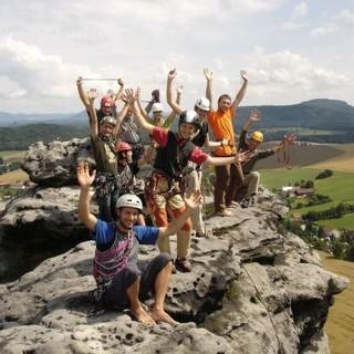Die gesamte Klettergruppe findet auf einem der Gipfel im Elbsandstein Platz und genießt die Aussicht. Foto: Sebastian Wolf