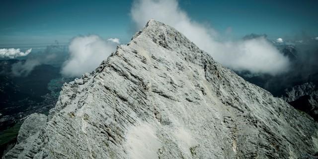 Alpspitze - Der Weiterweg zur Alpspitze und zum Osterfelder ist von der Grieskarscharte noch sehr lang. Bei Müdigkeit oder zweifelhaftem Wetter besser über das Matheisenkar ins Höllental absteigen.