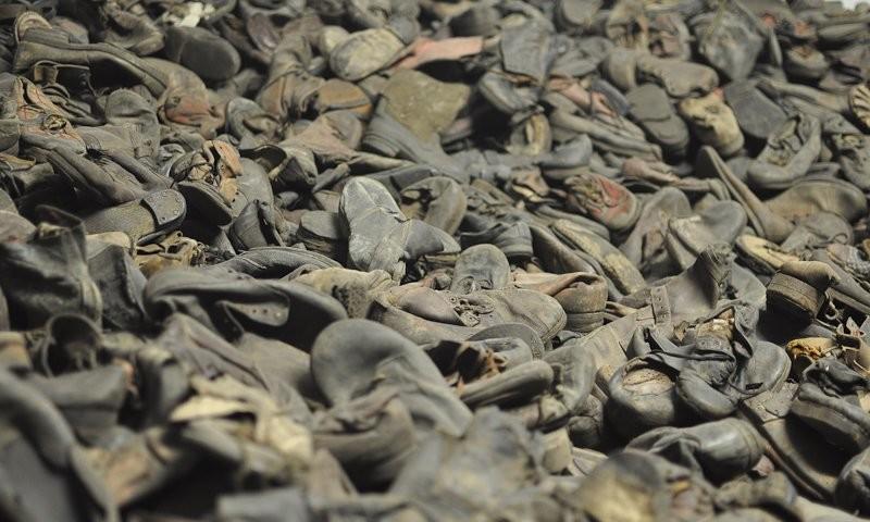 Museum Auschwitz: gesammlte Schuhe der Opfer; (c) Jonas Freihart