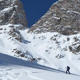 Unverfälschte Natur und vielseitige Skitouren, wie hier zur Roascharte, machen den Reiz des Tals von Lungiarü aus. Foto: Stefan Herbke