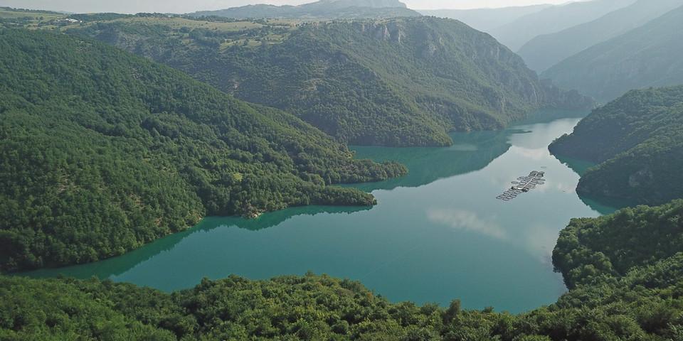 Der Pivsko jezero ist der größte Stausee Montenegros. Foto: Thorsten Brönner