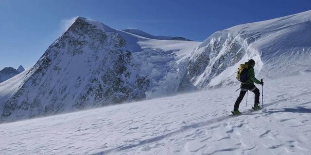 Gletscher, Schnee und Sturm: Es wird dann doch windig an der Pigne d'Arolla. Foto: Stefan Herbke