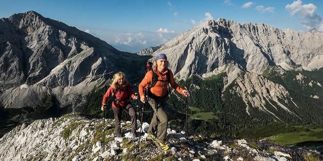 Sunntiger, der Aussichtsberg überm Halleranger: hinten Speckkarspitze und Lafatscher, Foto: Heinz Zak