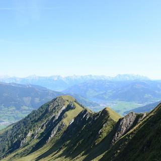 Alexander-Enzinger-Weg - Der Alexander-Enzinger-Weg folgt luftig einem grasigen Kamm über dem Pinzgau.