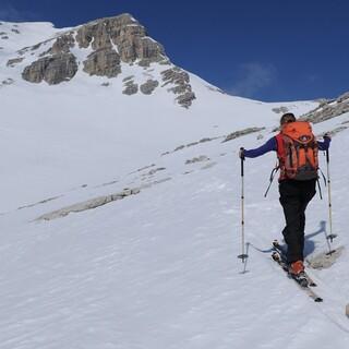 Kurz vor dem Gipfel wartet eine beeindruckende Felskulisse auf die Skitourengeher. Foto: Stefan Herbke