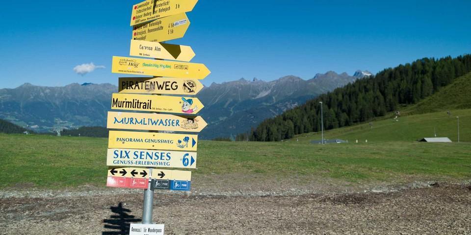 Serfaus-Fiss-Ladis: Ein bunter Schilderwald führt zu zahlreichen Installationen und Inszenierungen. Foto: Axel Klemmer
