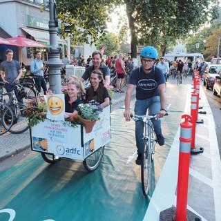Demo für einen geschützten Radstreifen. Foto: ADFC