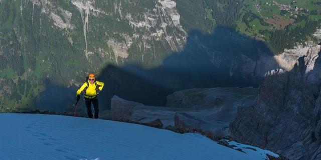 Über dreitausend Höhenmeter trennen das Lauterbrunnental vom Jungfraugipfel; jeden darf man steigen – und runterschauen. Foto: Ralf Gantzhorn