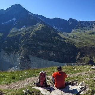 Am Weg zur Cabane de Mountet, mit Blick auf die Ostflanke des Pigne de la Lè und die Cabane du Petit Mountet. Foto: DAV/Bernd Jung