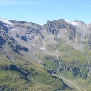 Blick zum Kitzsteinhorn - Sicherungsgeländer am Weg zum Schwaigerhaus mit Kitzsteinhorn und Stauseen