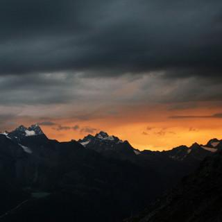 Dunkle Regenwolken wie hier über dem Kaunergrat sind am Wochenende bestimmt keine Seltenheit. Foto: M. Pröttel