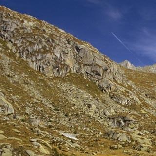Lago Miller - 4. Etappe: Der Lago Miller im gleichnamigen Tal wird überragt von den Südwänden der Cima di Laghetto (3365m) und des Corno Miller (3373m).