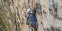 """Auch die Kletterei im Bochumer Bruch ist spannend: Sebastian Büscher in """"Kiss or Kill"""" (VII+), Foto: Mathias Weck"""