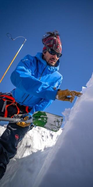 Was kann man alles aus einer Schneedecke herauslesen? Die Teilnehmer wissens jetzt! Foto: DAV / Silvan Metz