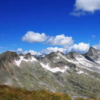 Blick von der Romatenspitze - Gebirge für Kenner: Von der Romatenspitze schaut man über die weiten Blockfelder, durch die der Weg zum Ankogel führt.