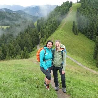Astrid Süßmuth und Angela Kreß auf ihrer Kräuterwanderung aufs Hörnle. Foto: Astrid Süßmuth