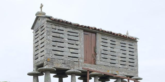 Charakteristisch für Galicien sind die alten Kornspeicher auf Stelzen. Foto: Eberhard Neubronner