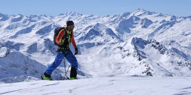 Aufstieg zur Sonklarspitze - Berge, Berge und nochmals Berge sieht man beim Aufstieg zur Sonklarspitze. Foto: Stefan Herbke