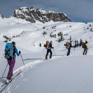 Skitourengruppe im winterlichen Gelände. Foto: Christoph Hummel