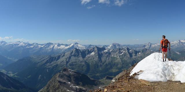 Auf dem Schneebigen Nock - Panoramafrage: Wer kennt die Gipfel, nennt die Namen? Blick vom Schneebigen Nock übers Ahrntal auf die Zillertaler.