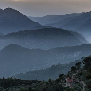 Hübsch ist die Abendstimmung oberhalb Ventimiglia, nur wird's Zeit für eine Hütte. Foto: Ingo Röger