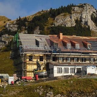 Rotwandhaus - Im Rahmen der energetischen Sanierung erhielt das Rotwandhaus in den Bayerischen Voralpen eine hocheffiziente Dämmung. Die Neuanordnung der Räume nach dem Zwiebelprinzip dient der passiven Isolation. Die neue Windkraftanlage sorgt in Ergänzung zur Photovoltaikanlage für umweltfreundliche Energie.&nbsp&#x3B;