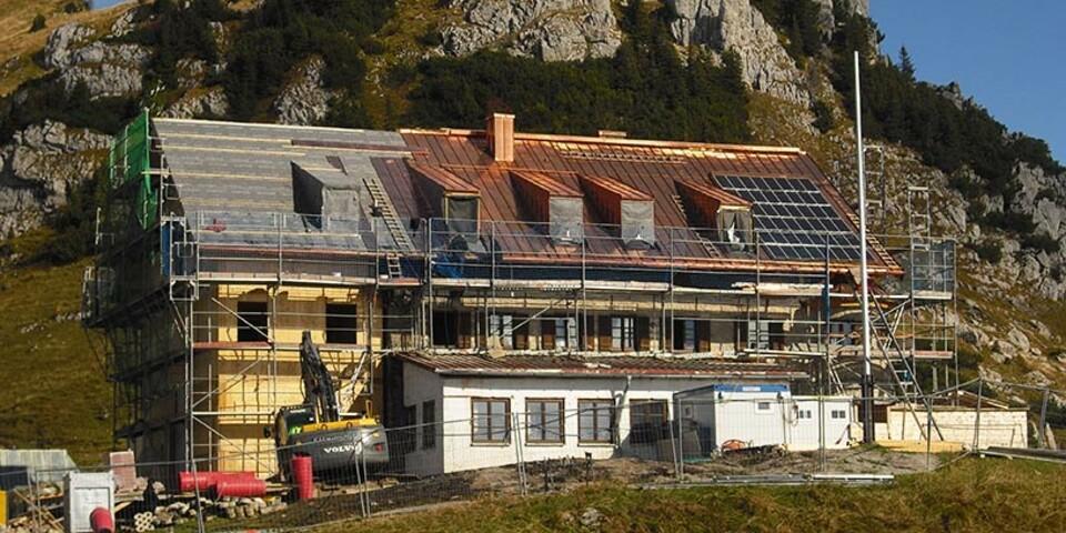 Rotwandhaus - Im Rahmen der energetischen Sanierung erhielt das Rotwandhaus in den Bayerischen Voralpen eine hocheffiziente Dämmung. Die Neuanordnung der Räume nach dem Zwiebelprinzip dient der passiven Isolation. Die neue Windkraftanlage sorgt in Ergänzung zur Photovoltaikanlage für umweltfreundliche Energie.