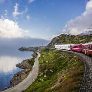 Wer mit dem Zug unterwegs ist, kommt in den Genuss spektakulärer Landschaften. Foto: Alessia Robustelli
