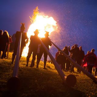 Alphornbläsern während der Sonnwendfeuer auf der Kampenwand. Foto: Kampenwandseilbahn GmbH / Eric Zbil
