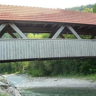 Über diese Brücke in Hinterstein geht es zum Kutschenmuseum. Foto: Gaby Funk