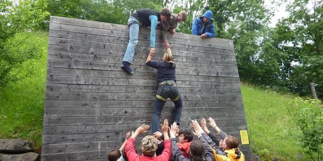 Begehung der Wall als Teamaufgabe im Hochseilgarten der Jubi HIndelang: Foto: Claudia Wegmann