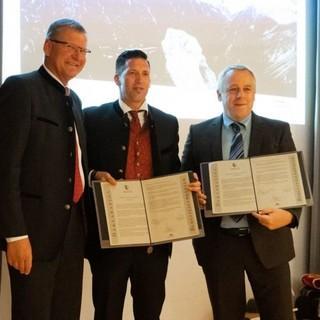 Die Bergsteigerdorf-Deklaration ist unterzeichnet (v.l.n.r.): Andreas Ermacora, Präsedent des Österreichischen Alpenvereins&#x3B; Mario Nocker, Bürgermeister Trins&#x3B; Christian Felder, Bürgermeister Gschnitz