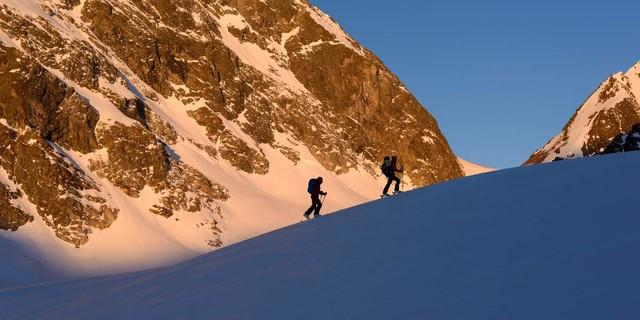 Aufstieg von der Darmstädter Hütte zum Kuchenjöchli. Im Hintergrund die von der ersten Sonne beschienene Wand der Kuchenspitze, Foto: Wolfgang Ehn