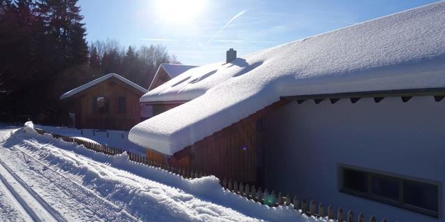 Bei guter Schneelage lockt das gepflegte Loipennetz im kleinen Ort Zwieslerwaldhaus auf die schmalen Skier. Foto: Joachim Chwaszcza
