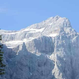 Hütte vor dem Triglav - Hort für Aufsteiger: Am Aljazev Dom beginnt der Nordanstieg zum Triglav, Foto: Andi Dick