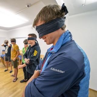 Erlebnispädagogische Aktion im Seminarraum. Foto: JDAV/Silvan Metz