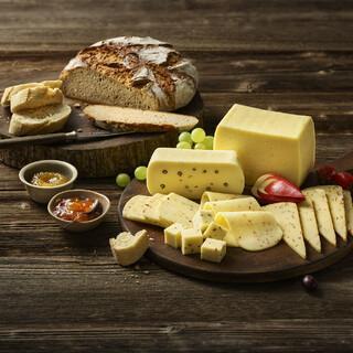Die Almwirtschaft ist in den Alpen traditionell verwurzelt. Deshalb gibt es im Alpenraum so viele verschiedene Käsesorten. Foto: Bergader