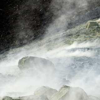 Schwefelkrusten und Rauchschwaden am Kraterrand auf Vulcano.