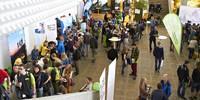 Die Teilnehmenden nutzen die Infostände im Foyer und registrieren sich zur Teilnahme. Foto: JDAV/Ben Spengler