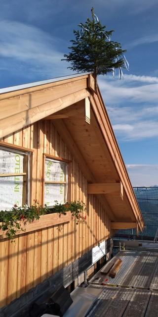 Neuer Westgiebel der Tegernseer Hütte mit Richtbaum, Foto: Sektion Tegernsee/ Rainer Toepel