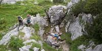 Totes Gebirge: Nahe am Weg liegt das Kleine Windloch, eine der vielen Karsthöhlen des Toten Gebirges. Foto: Iris Kürschner