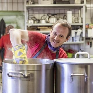 Florian beim Kochen. Foto: Julia Hammerle