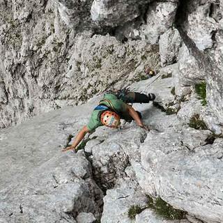Kletterer in einer alpinen Route. Foto: JDAV / Christoph Hummel