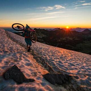 Schnee im Juni? Ja, in schattigen Bereichen ab etwa 1500 Metern ist mit Altschneefeldern zu rechnen. Foto: DAV/Christian Pfanzelt