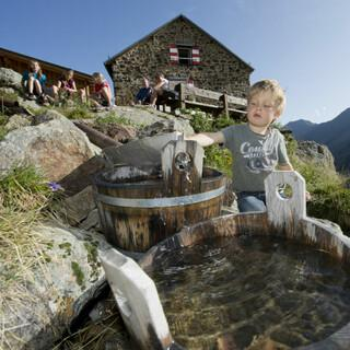 Wasserspaß nahe der Hütte, Foto: DAV/Thilo Brunner