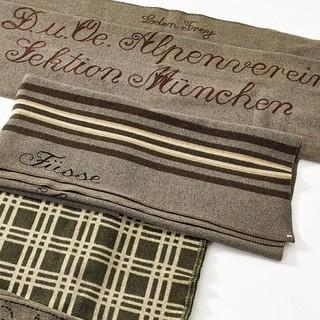 Kratzige Wolldecken gehörten schon immer zur Hüttenübernachtung - damals und heute. Wolldecken der Höllentalangerhütte, 1900-1960. Alpines Museum des DAV, München. Foto: Fotostudio West, Wörgl