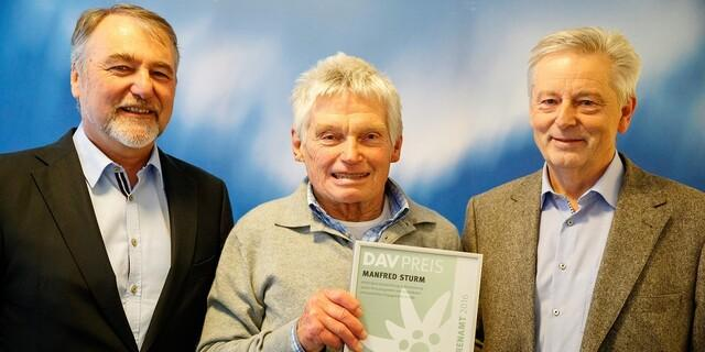 2016: Manfred Sturm (Mitte) mit Roland Stierle und Josef Klenner wird für sein vielfältiges ehrenamtliches Engagement ausgezeichnet. Foto: DAV/Marco Kost