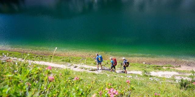 Totes Gebirge: An den Seen der Tauplitzalm entspannt sich die Seele nach dem aufwühlenden Karstwüsten-Erlebnis. Foto: Iris Kürschner