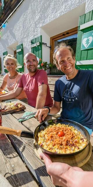 Zubereitet mit regionalen Produkten und in guter Gesellschaft schmeckt's am besten. Foto:DAV/Norbert Freudenthaler