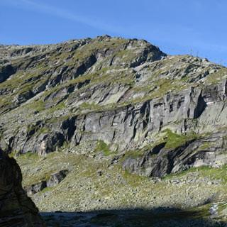 Im Eisboden - Durch die Wand rechts des Wasserfalls führt die Steinerne Stiege.